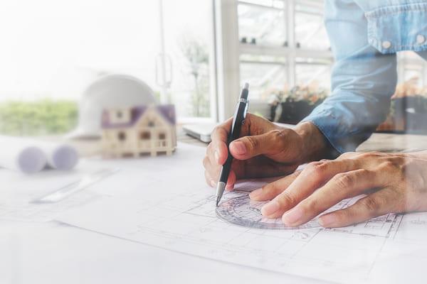 arquiteto desenhando as etapas de um projeto arquitetônico