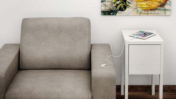 Mini USB QTMOV aplicado no braço do sofá