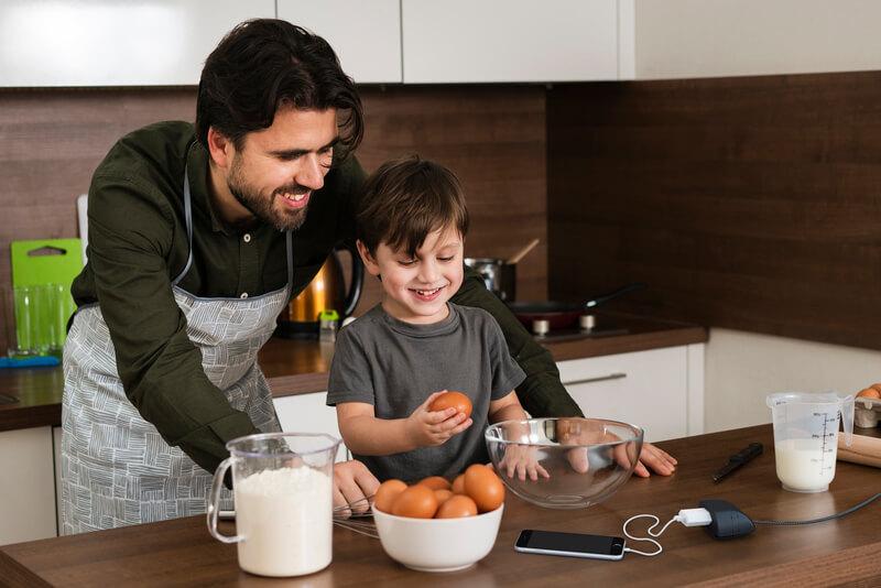 Pai em filho em uma bancada de cozinha